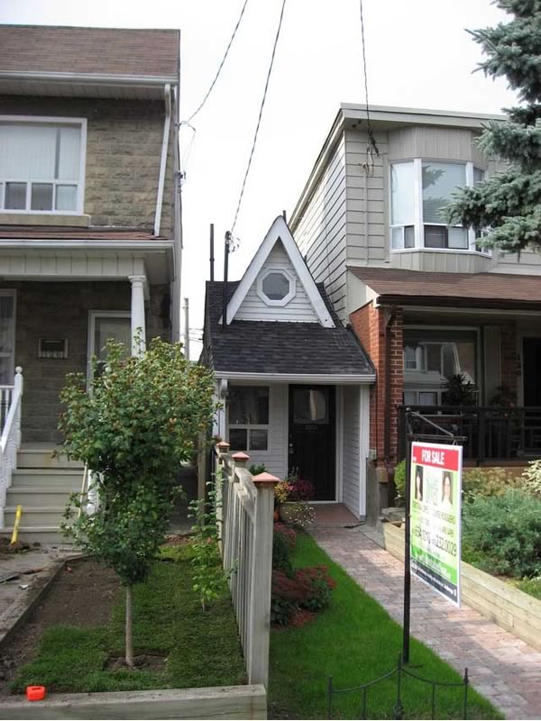 Front view of Toronto's smallest house.