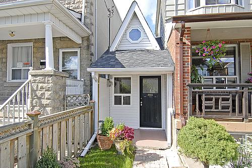Another front view of Toronto's smallest house.