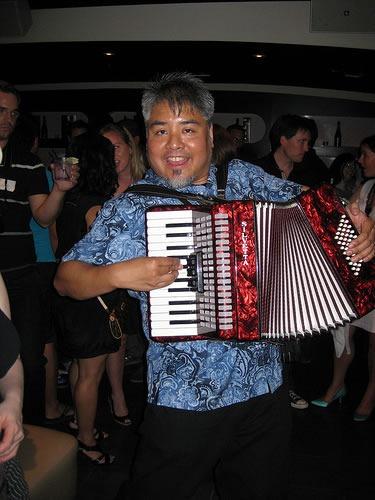 playing_accordion_at_hohoto_aug_2009