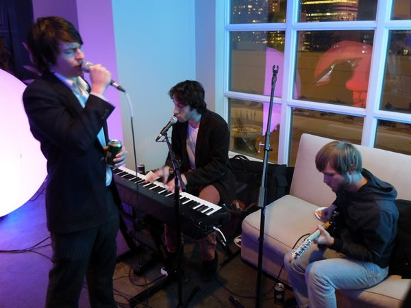 A band with a singer, piano player and guitarist