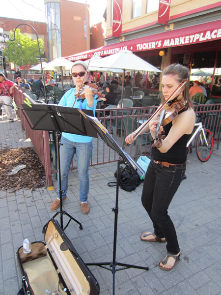Market violinists 1