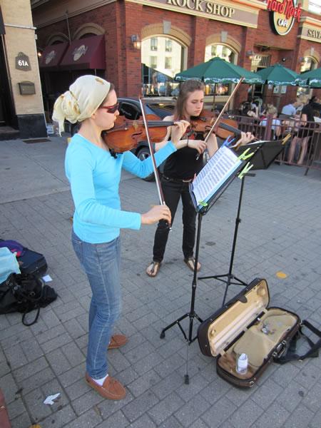 Market violinists 2