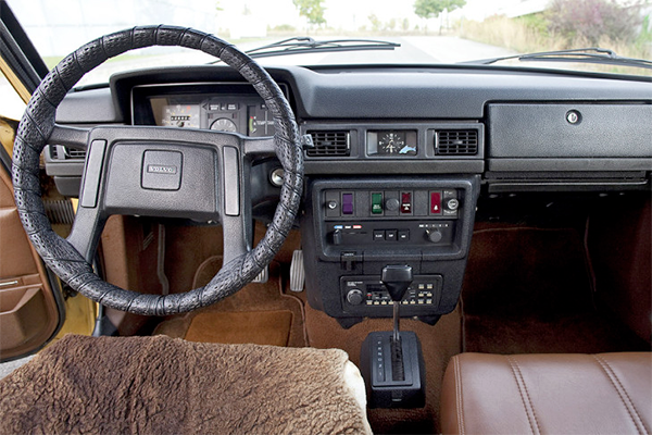 volvo-245-dl-interior