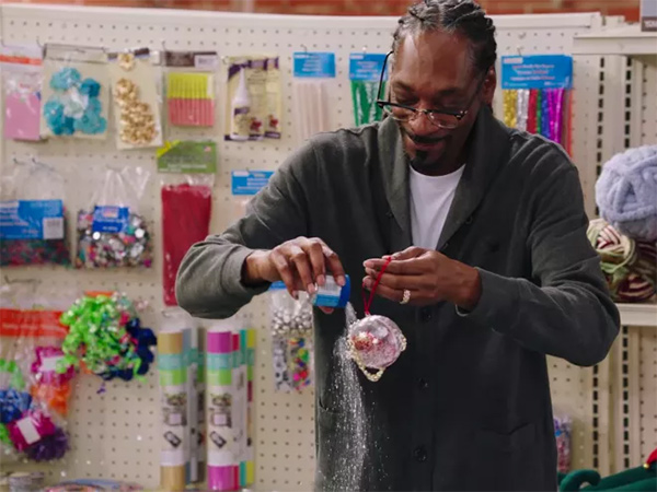 snoop-dogg-making-christmas-ornaments