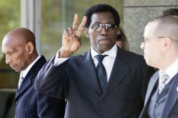 Photo: Wesley Snipes waves to camera after being sentenced to jail for tax crimes.